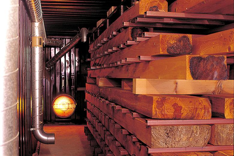 特許取得の乾燥技術で乾燥室内部を130℃まで上げ、木材の水分を蒸発させます。